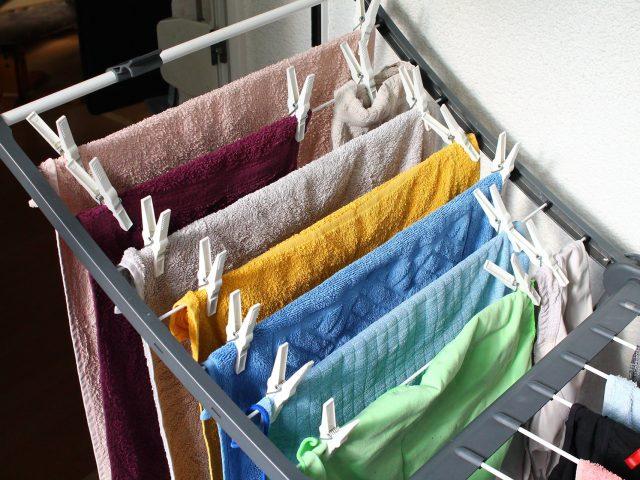 Como um lava-roupas enzimático atua nos tecidos?