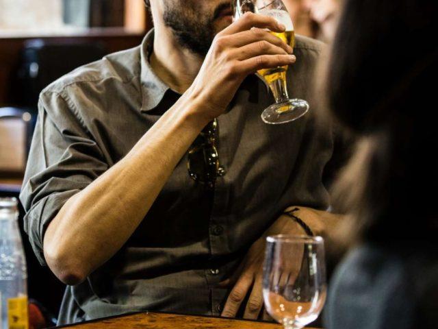 Por que asiáticos ficam vermelhos quando bebem algo com álcool? A biologia explica!