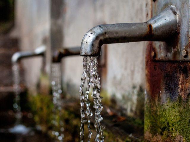 Volume de água doce desperdiçada no Brasil equivale a 7 mil piscinas olímpicas por dia