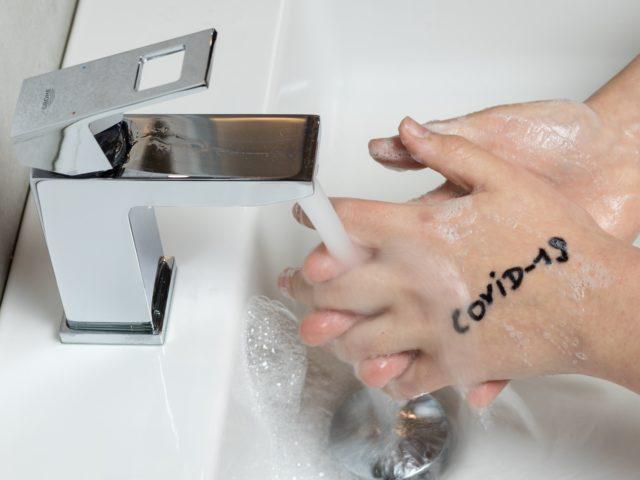 mãos sendo lavadas com água e sabão